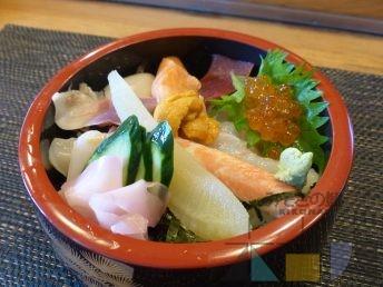 木古内駅前でも海鮮料理を!(その1) 『清本鮨』の特選生ちらし