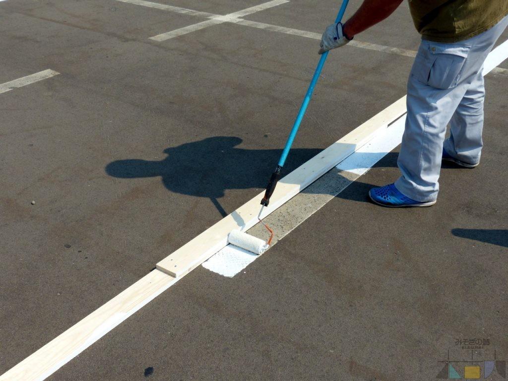 町役場が併設駐車場のラインを塗り直してくれました