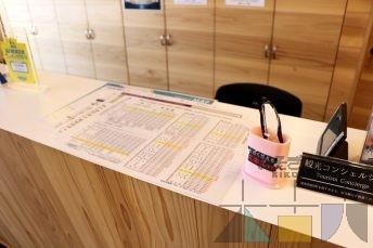 文字の小さな時刻表もラクラク読める♪ メガネ型のルーペを設置しました